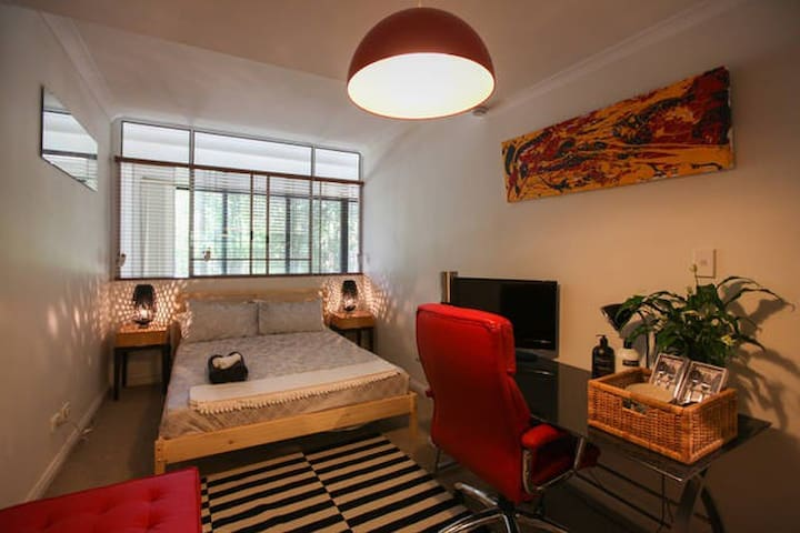 CBD Contemporary Dual Level 3 bedder Apartment