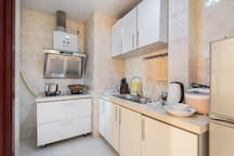 厨房可以做饭,刀具、锅碗瓢盆一应俱全