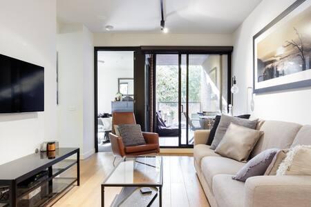 Stylish Riverside Apartment near Victoria Park
