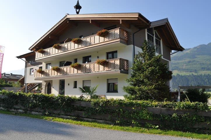 Big Apartment with 4 bedrooms nearby Zell am See