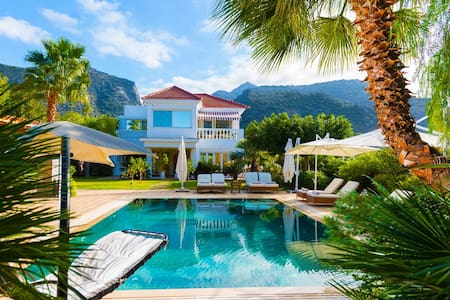 Private villa with heated pool  and a large garden - Sisi - 別荘