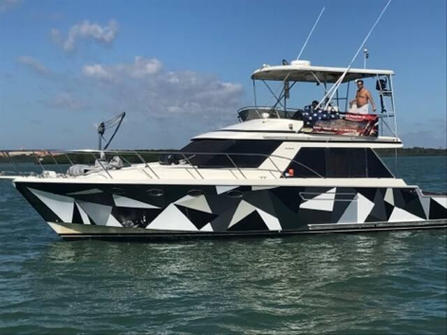 Beautiful 2 bedroom Ocean Alexander Yacht