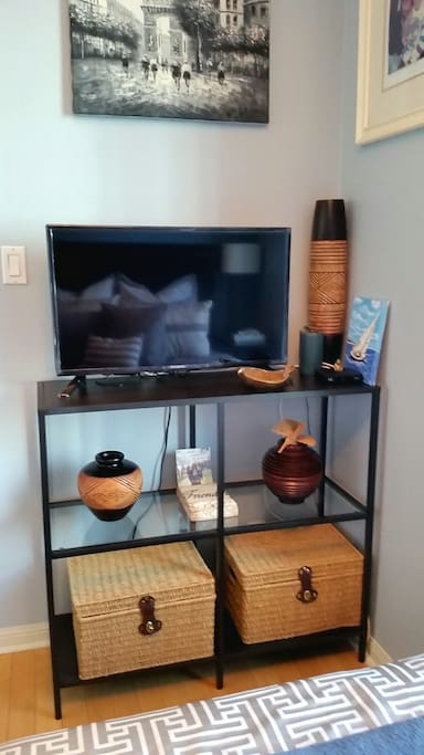 """32"""" TV with Netflix in room"""