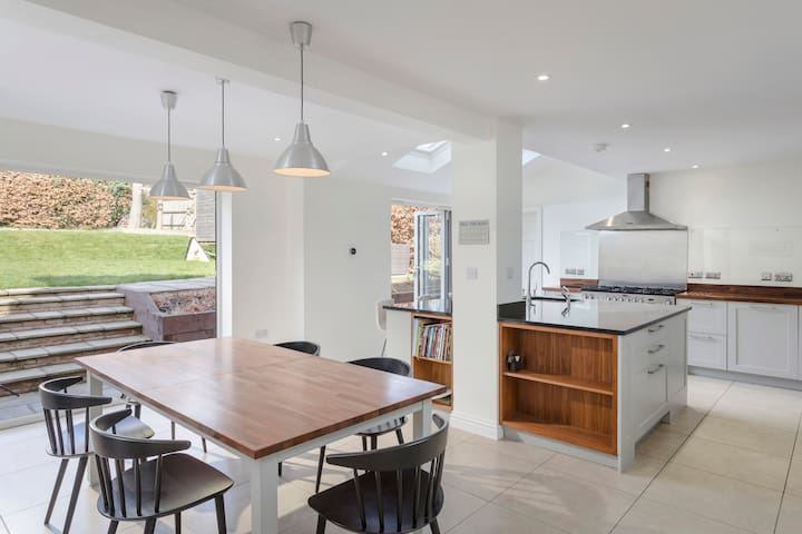 Large, High Spec, 5 bedroom home in Harpenden