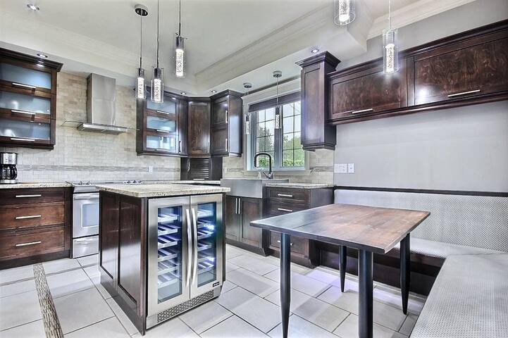 *LUXURY HOUSE - CLOSE TO OLD-QUEBEC - 6 BEDROOMS*