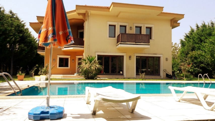 İstanbul Buyukcekmecede yüzme havuzlu lüks villa