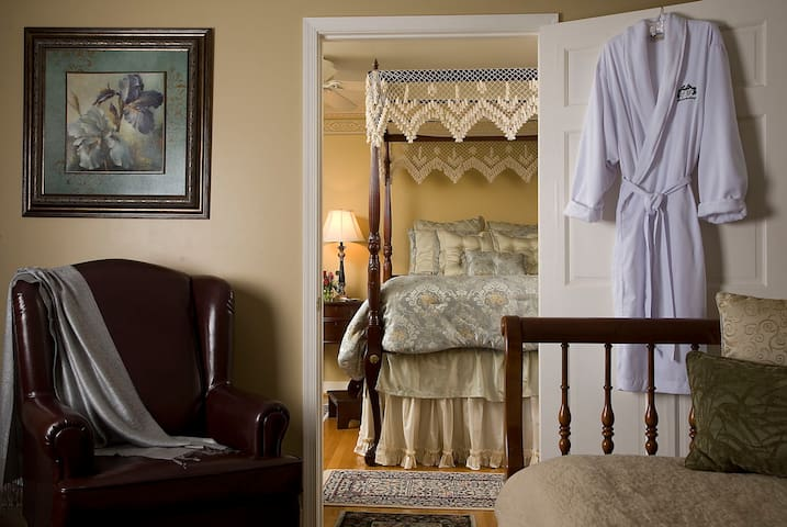 The Azalea Suite - Colonial Gardens Bed & Breakfast