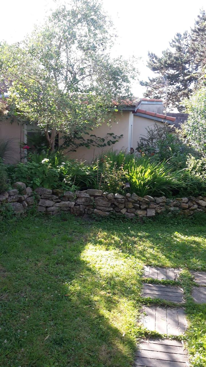 charmante petite maison privée dans un jardin