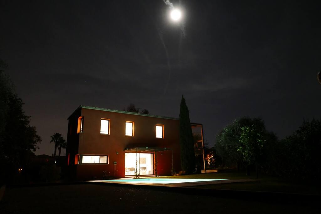 La maison vue de nuit