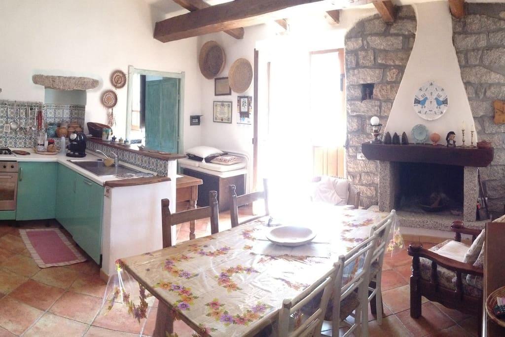 ingresso, soggiorno e cucina con porta che da sul salone