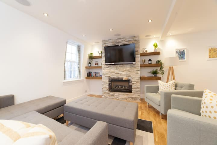 Fantastic 2 bed mews property in central Edinburgh with private parking