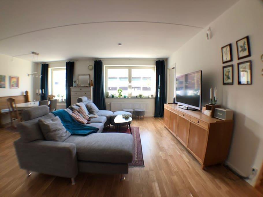 Kök och vardagsrum i ett i en öppen planlösning.