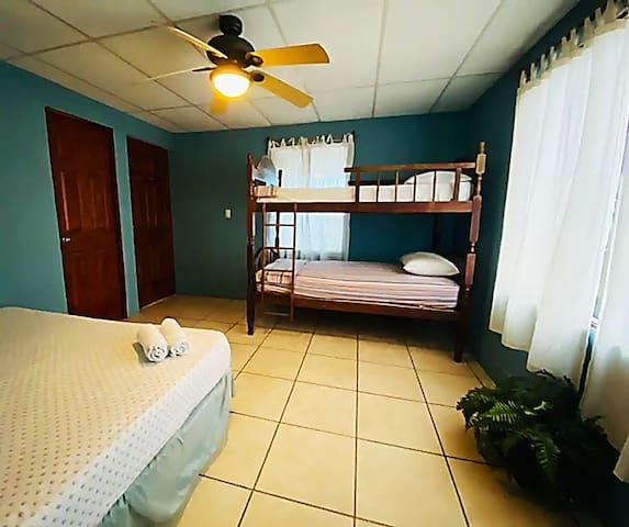 Habitación principal con baño privado Cama Queen Litera para 2 niños Aire acondicionado