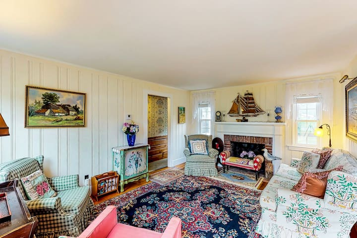 Picture-perfect cottage with outdoor patio - walk to Grey Neck Beach!