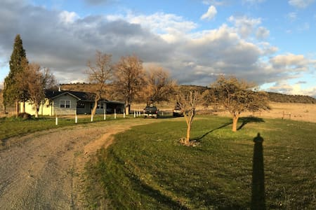 Relax on 125 private acres - Yreka - House