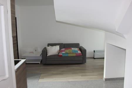 Gemütliche kleine Wohnung mit sehr guter Anbindung - Wiener Neudorf - Lägenhet