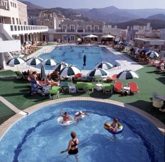 Δυο πισίνες στο κέντρο του οικισμού/ Two swimming pools in the center of the village