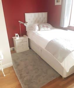 Bright,cosy single room in  quiet  location