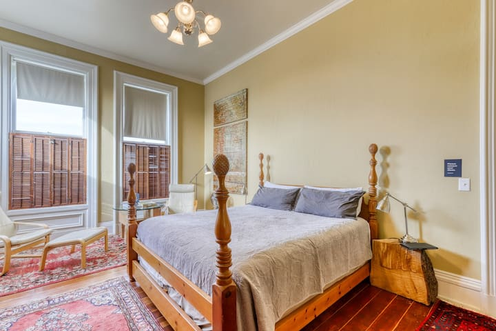 Beautiful suite in a historic building w/ a kitchenette - close the waterfront!
