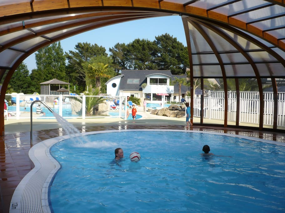 piscine couverte et chauffée :eau à 28, jets massants ( accès gratuit)