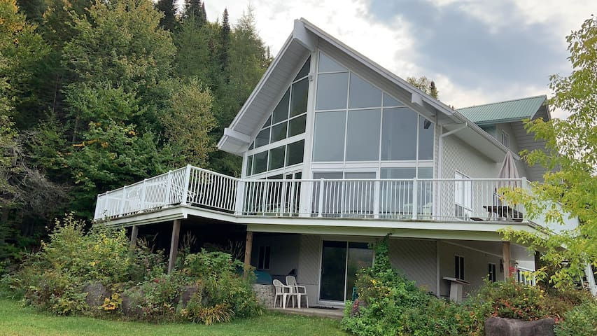 Big Bright Chalet on private 4 acre lot Lakefront