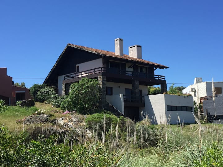 Amplia casa frente a la playa de Punta Colorada.