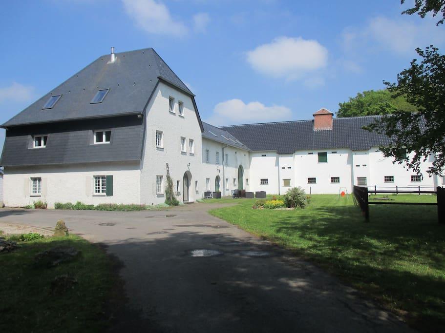 Alter, preussicher Gutshof in der belgischen Eifel