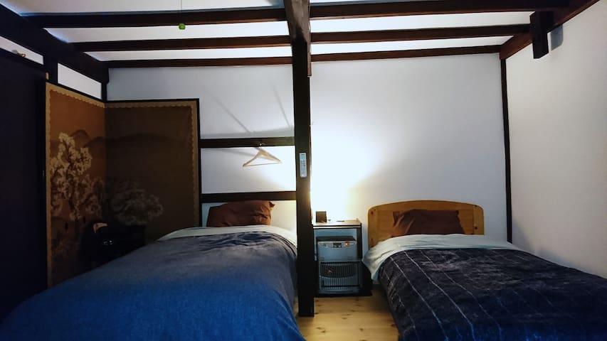 一階寝室、2bed、布団2~3 4~5人寝れます。