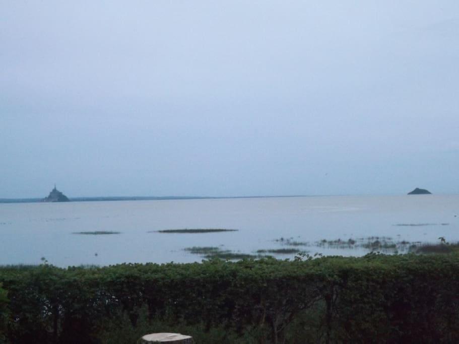 grande marée; la mer est juste devant la maison