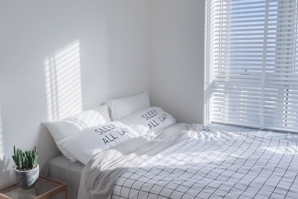 卧室迎来晨曦柔和的阳光,拍照超赞