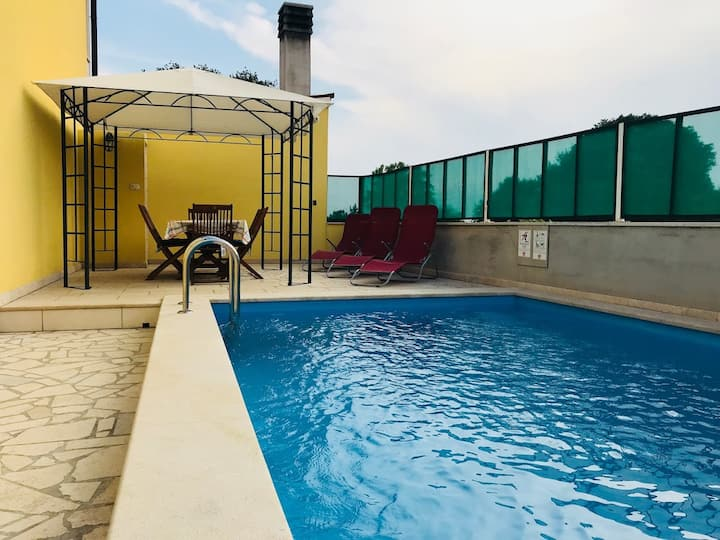 Big holiday apartment with private pool