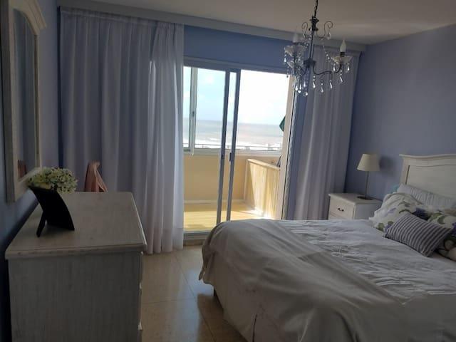 La habitación principal es amplia luminosa y tiene vista al mar...