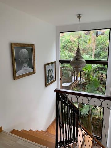 Escada que sobe para o segundo andar onde estão a suíte master e a suíte 2