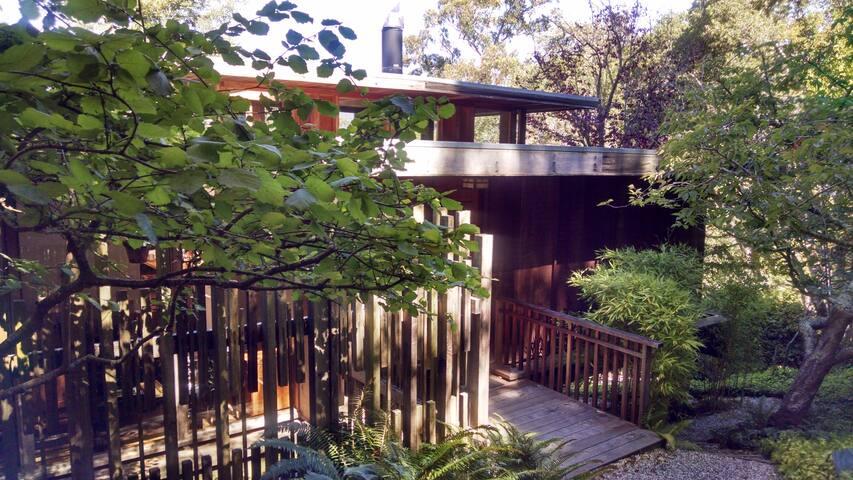 Urban retreat, Private Bath, Lush Green view