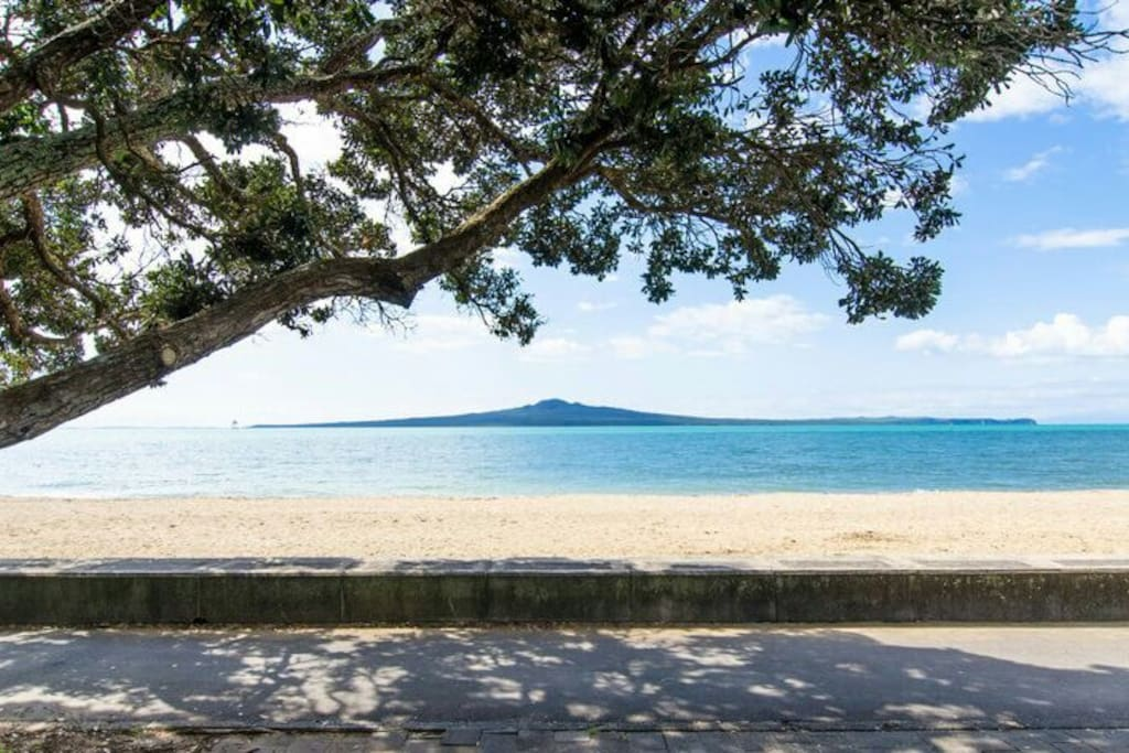 St Heliers and Mission Bay beaches are only 3-4 mins away by car.
