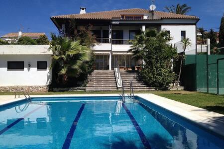 Magnífica Villa con Pista de Tenis - エル・ヴェンドレル