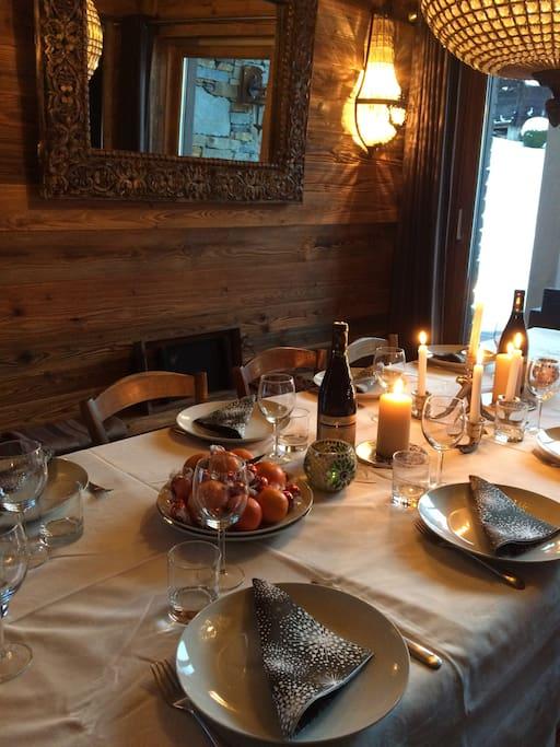 Grande table à manger ouvrant sur terrasse plein sud