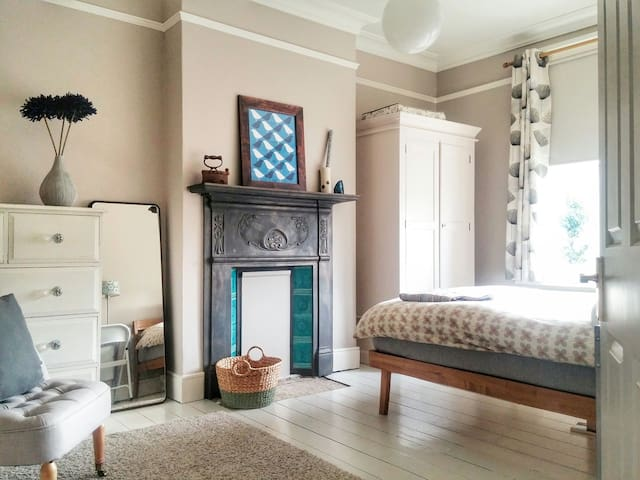 Lovely Double Room in Warm Friendly Home - Zone 3 - Londen