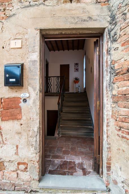 L'ingresso esclusivo a Casa al Cantone ne riassume tutta l'essenza: storia e tradizione in totale indipendenza