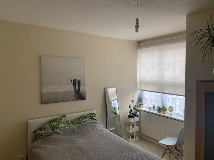 Tooting Broadway station, Double room