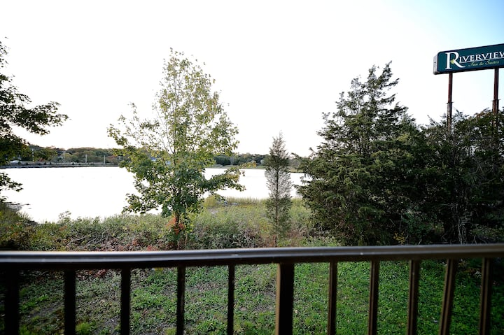 River-view,  2 Queen Beds - Jetted tub and Balcony