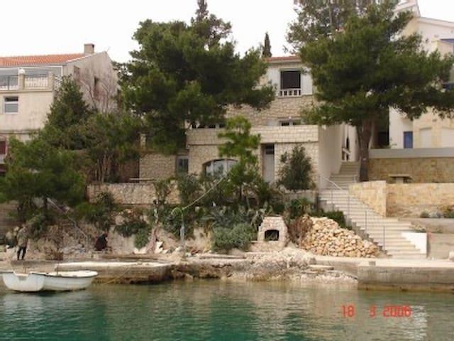 Haus direkt am Meer (10mtr) gelegen - Klek - บ้าน