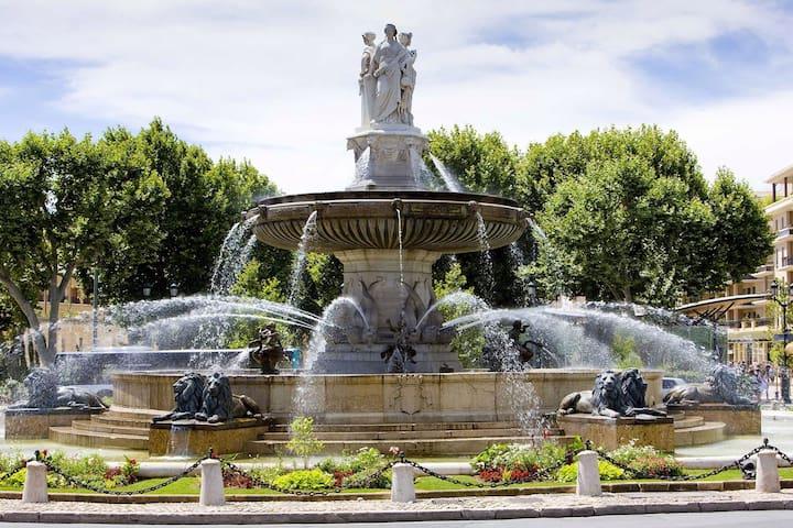 Fontaine de la Rotonde en bas du cours Mirabeau.
