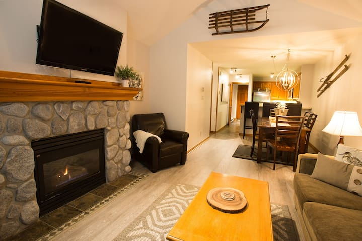 Escape the City w Tranquil 2 bdrm/hot tub Getaway!