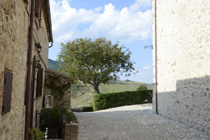 Attraktive Apartment in einem mittelalterlichen Dorf mit schönem Garten und WiFi