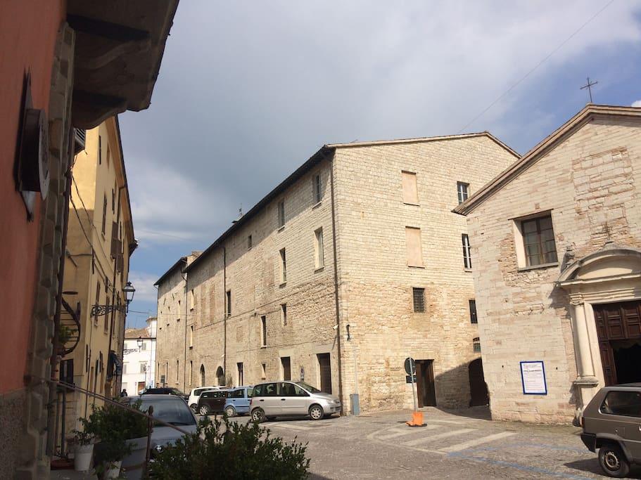 Siamo a pochi passi dal palazzo comunale e dalla principale piazza Matteotti