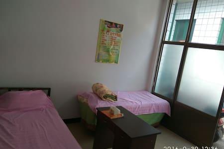 普通民宿,重在便宜,事少!适合三人组合的旅行者,或单人旅行者。 - Jinzhong Shi - House
