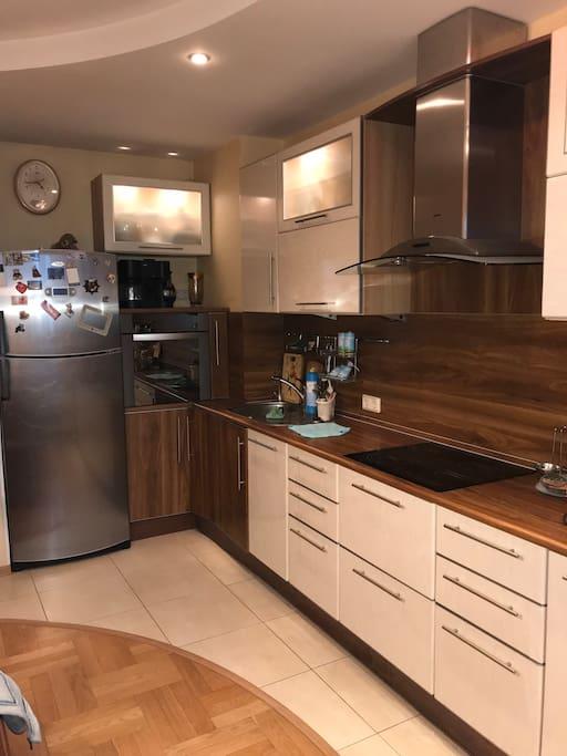 Большая кухня-столовая