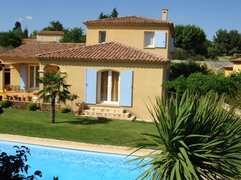 Villa pour 8 avec une piscine 10x 4 villas louer aix for Camping a aix en provence avec piscine