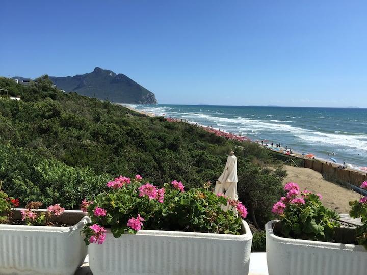 THE SEA, apartment in a beachfront villa Sabaudia